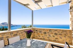 Балкон. Греция, Плакиас : Роскошная вилла с бассейном и видом на море, 5 спален, 3 ванные комнаты, барбекю, парковка, Wi-Fi