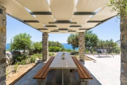 Обеденная зона. Греция, Плакиас : Роскошная вилла с бассейном и видом на море, 5 спален, 3 ванные комнаты, барбекю, парковка, Wi-Fi