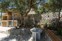Территория. Греция, Плакиас : Роскошная вилла с бассейном и видом на море, 5 спален, 3 ванные комнаты, барбекю, парковка, Wi-Fi