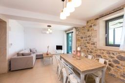 Гостиная. Греция, Плакиас : Роскошная вилла с бассейном и видом на море, 5 спален, 3 ванные комнаты, барбекю, парковка, Wi-Fi