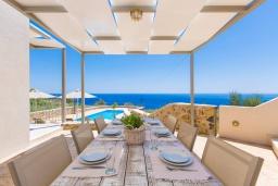 Обеденная зона. Греция, Плакиас : Роскошная вилла с бассейном и видом на море, 4 спален, 4 ванные комнаты, барбекю, парковка, Wi-Fi