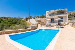 Фасад дома. Греция, Плакиас : Роскошная вилла с бассейном и видом на море, 4 спален, 4 ванные комнаты, барбекю, парковка, Wi-Fi
