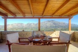 Терраса. Греция, Панормо : Каменный дом с террасой и видом на горы, 3 спальни, 4 ванные комнаты, барбекю, парковка, Wi-Fi
