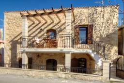 Фасад дома. Греция, Панормо : Каменный дом с террасой и видом на горы, 3 спальни, 4 ванные комнаты, барбекю, парковка, Wi-Fi