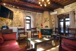 Гостиная. Греция, Панормо : Каменный дом с террасой и видом на горы, 3 спальни, 4 ванные комнаты, барбекю, парковка, Wi-Fi
