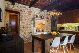 Обеденная зона. Греция, Панормо : Каменный дом с террасой и видом на горы, 3 спальни, 4 ванные комнаты, барбекю, парковка, Wi-Fi