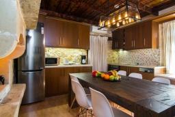 Кухня. Греция, Панормо : Каменный дом с террасой и видом на горы, 3 спальни, 4 ванные комнаты, барбекю, парковка, Wi-Fi