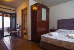 Спальня. Греция, Панормо : Каменный дом с террасой и видом на горы, 3 спальни, 4 ванные комнаты, барбекю, парковка, Wi-Fi