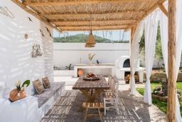 Патио. Греция, Платаньяс : Уютная вилла с бассейном и зеленым двориком с барбекю, парковка, Wi-Fi