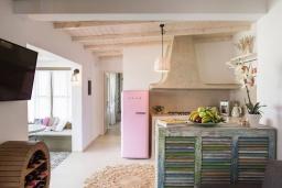 Кухня. Греция, Платаньяс : Уютная вилла с бассейном и зеленым двориком с барбекю, парковка, Wi-Fi