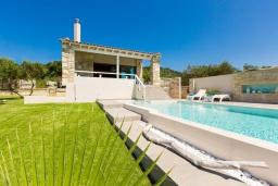 Фасад дома. Греция, Малеме : Прекрасная вилла с бассейном и зеленым двориком с барбекю, 2 спальни, парковка, Wi-Fi
