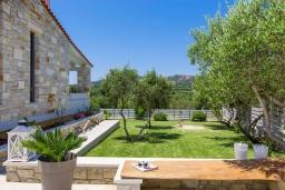 Территория. Греция, Малеме : Прекрасная вилла с бассейном и зеленым двориком с барбекю, 2 спальни, парковка, Wi-Fi