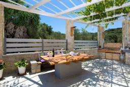 Терраса. Греция, Малеме : Прекрасная вилла с бассейном и зеленым двориком с барбекю, 2 спальни, парковка, Wi-Fi
