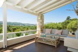Патио. Греция, Малеме : Прекрасная вилла с бассейном и зеленым двориком с барбекю, 2 спальни, парковка, Wi-Fi
