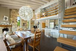 Гостиная. Греция, Малеме : Прекрасная вилла с бассейном и зеленым двориком с барбекю, 2 спальни, парковка, Wi-Fi