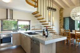 Кухня. Греция, Малеме : Прекрасная вилла с бассейном и зеленым двориком с барбекю, 2 спальни, парковка, Wi-Fi