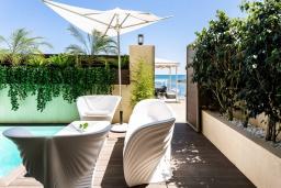 Зона отдыха у бассейна. Греция, Бали : Современная пляжная вилла с бассейном и шикарным видом на море, 2 спальни, 2 ванные комнаты, парковка, Wi-Fi