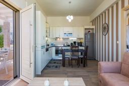Кухня. Греция, Скалета : Прекрасная вилла с бассейном и джакузи, 4 спальни, 3 ванные комнаты, барбекю, парковка, Wi-Fi