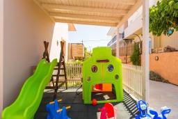 Детская площадка. Греция, Скалета : Прекрасная вилла с бассейном и джакузи, 4 спальни, 3 ванные комнаты, барбекю, парковка, Wi-Fi