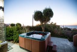 Терраса. Греция, Скалета : Прекрасная вилла с бассейном и джакузи, 4 спальни, 3 ванные комнаты, барбекю, парковка, Wi-Fi