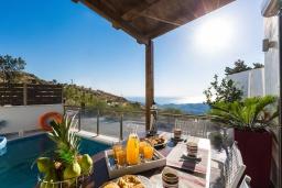 Обеденная зона. Греция, Превели : Прекрасная вилла с бассейном и барбекю, 2 спальни, 2 ванные комнаты, парковка, Wi-Fi
