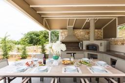 Обеденная зона. Греция, Ретимно : Роскошная вилла с бассейном и зеленом двориком с барбекю, 2 гостиные, 5 спален, 2 ванные комнаты, парковка, Wi-Fi