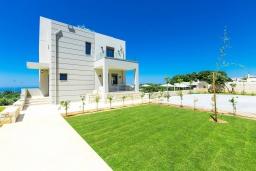 Фасад дома. Греция, Ретимно : Роскошная вилла с бассейном и зеленом двориком с барбекю, 2 гостиные, 5 спален, 2 ванные комнаты, парковка, Wi-Fi