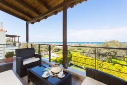 Балкон. Греция, Аделе : Роскошная вилла с бассейном и зеленым двориком с барбекю, 3 спальни, 3 ванные комнаты, парковка, Wi-Fi