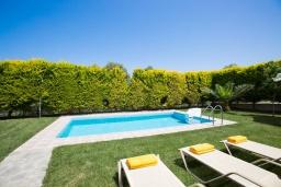 Бассейн. Греция, Аделе : Роскошная вилла с бассейном и зеленым двориком с барбекю, 3 спальни, 3 ванные комнаты, парковка, Wi-Fi