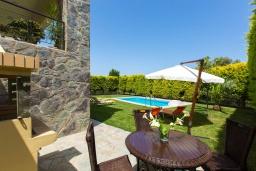 Обеденная зона. Греция, Аделе : Роскошная вилла с бассейном и зеленым двориком с барбекю, 3 спальни, 3 ванные комнаты, парковка, Wi-Fi