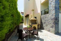 Терраса. Греция, Аделе : Роскошная вилла с бассейном и зеленым двориком с барбекю, 3 спальни, 3 ванные комнаты, парковка, Wi-Fi