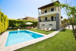 Фасад дома. Греция, Аделе : Роскошная вилла с бассейном и зеленым двориком с барбекю, 3 спальни, 3 ванные комнаты, парковка, Wi-Fi