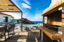 Зона отдыха у бассейна. Греция, Панормо : Современная вилла с бассейном и шикарным видом на море, 2 гостиные, 3 спальни, 3 ванные комнаты, барбекю, парковка, Wi-Fi