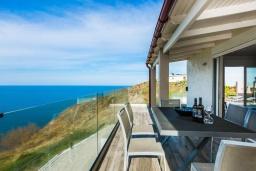 Обеденная зона. Греция, Панормо : Современная вилла с бассейном и шикарным видом на море, 2 гостиные, 3 спальни, 3 ванные комнаты, барбекю, парковка, Wi-Fi