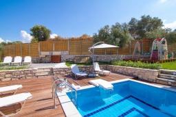 Бассейн. Греция, Аделе : Прекрасная вилла с бассейном и зеленым двориком с барбекю, 3 спальни, 2 ванные комнаты, детская площадка, парковка, Wi-Fi