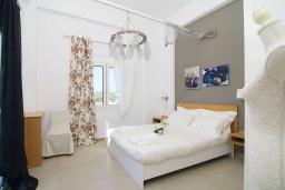 Спальня. Греция, Аделе : Прекрасная вилла с бассейном и зеленым двориком с барбекю, 3 спальни, 2 ванные комнаты, детская площадка, парковка, Wi-Fi
