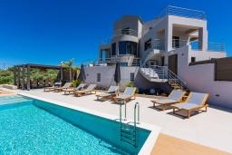 Фасад дома. Греция, Малеме : Шикарная вилла с бассейном и зеленым двориком с барбекю, 2 гостиные, 6 спален, 4 ванные комнаты, настольный теннис, тренажерный зал, парковка, Wi-Fi
