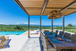 Обеденная зона. Греция, Малеме : Шикарная вилла с бассейном и зеленым двориком с барбекю, 2 гостиные, 6 спален, 4 ванные комнаты, настольный теннис, тренажерный зал, парковка, Wi-Fi