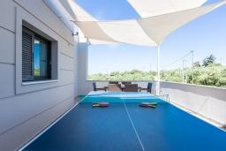 Терраса. Греция, Малеме : Шикарная вилла с бассейном и зеленым двориком с барбекю, 2 гостиные, 6 спален, 4 ванные комнаты, настольный теннис, тренажерный зал, парковка, Wi-Fi