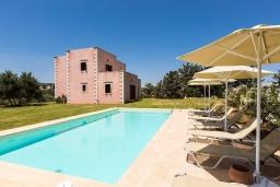 Фасад дома. Греция, Панормо : Прекрасная вилла с бассейном, зеленой лужайкой и барбекю, 4 спальни, 4 ванные комнаты, парковка, Wi-Fi