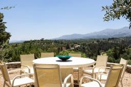 Обеденная зона. Греция, Панормо : Прекрасная вилла с бассейном, зеленой лужайкой и барбекю, 4 спальни, 4 ванные комнаты, парковка, Wi-Fi