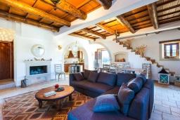 Гостиная. Греция, Панормо : Прекрасная вилла с бассейном, зеленой лужайкой и барбекю, 4 спальни, 4 ванные комнаты, парковка, Wi-Fi