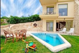 Фасад дома. Греция, Айя Пелагия : Современная вилла в 100 метрах от пляжа с бассейном и видом на море, 2 спальни, 2 ванные комнаты, барбекю, парковка, Wi-Fi