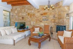 Гостиная. Греция, Айя Пелагия : Современная вилла в 100 метрах от пляжа с бассейном и видом на море, 2 спальни, 2 ванные комнаты, барбекю, парковка, Wi-Fi