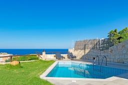 Бассейн. Греция, Айя Пелагия : Современная вилла в 100 метрах от пляжа с бассейном и видом на море, 2 спальни, 2 ванные комнаты, барбекю, парковка, Wi-Fi