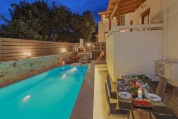 Бассейн. Греция, Ретимно : Роскошная вилла с бассейном и двориком с барбекю, 2 гостиные, 5 спален, 3 ванные комнаты, парковка, Wi-Fi