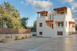 Фасад дома. Греция, Ретимно : Роскошная вилла с бассейном и двориком с барбекю, 2 гостиные, 5 спален, 3 ванные комнаты, парковка, Wi-Fi