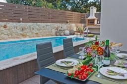 Обеденная зона. Греция, Ретимно : Роскошная вилла с бассейном и двориком с барбекю, 2 гостиные, 5 спален, 3 ванные комнаты, парковка, Wi-Fi