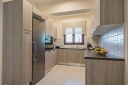 Кухня. Греция, Ретимно : Роскошная вилла с бассейном и двориком с барбекю, 2 гостиные, 5 спален, 3 ванные комнаты, парковка, Wi-Fi