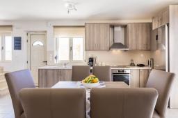Кухня. Греция, Превели : Современная вилла с бассейном и видом на море, 3 спальни, 3 ванные комнаты, барбекю, парковка, Wi-Fi